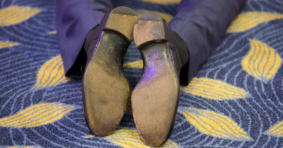 06.out.2015 - Sapatos usados pelo príncipe Harry em evento que premia crianças com doenãs graves em Londres, Inglaterra, contam com a letra H escrita na sola
