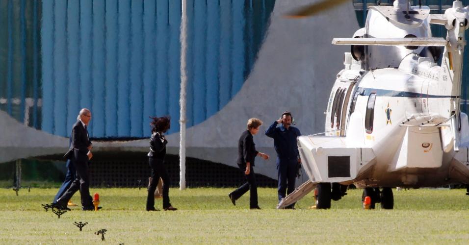 27.jun.2015 - A presidente Dilma Rousseff, acompanhada pela filha Paula Rousseff, embarca em helicóptero rumo a base aérea após reunião com a cúpula do governo, no Palácio da Alvorada (DF), sobre a delação premiada feita pelo dono da UTC, Ricardo Pessoa, no âmbito da Operação Lava Jato. A presidente viaja para os Estados Unidos em viagem para atrair investidores para o Plano de Investimento em Logística, lançado este mês