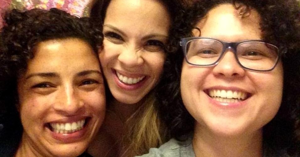 1º.out.2015 - Raquel Melo (à direita) publicou nas redes sociais uma foto sua com sua família. Contrárias à aprovação do projeto de lei do Estatuto da Família, em uma comissão especial na Câmara Federal, famílias publicaram nas redes sociais fotos de suas famílias, que não se enquadram no que define a proposta: