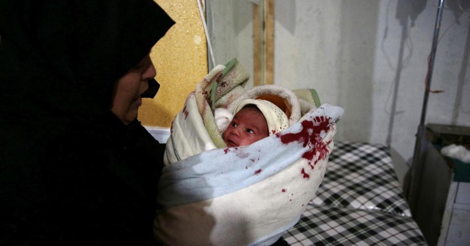 Segundo ativistas, o bombardeiro mais recente contra instalações hospitalares foi realizado pelas forças de Assad no último dia 13 de dezembro. Muitos pacientes ficaram feridos na ação. Na foto, uma das mulheres que trabalham no local socorre um dos bebês que estava no bercário