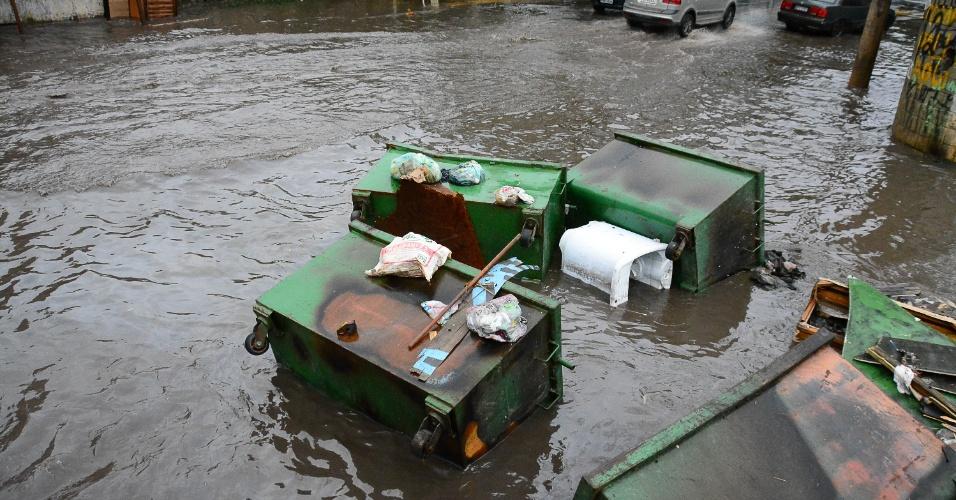 11.mar.2016 - Ponto de alagamento na rua Piemonteses, no Jardim do Lago, em São Paulo (SP), nas proximidades do acesso à Raposo Tavares
