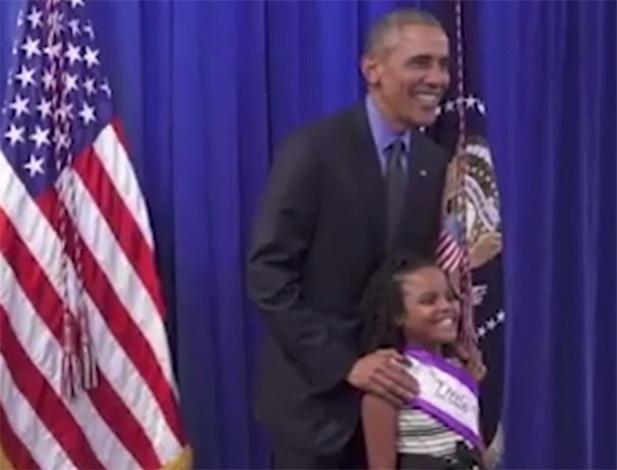 5.mai.2016 - Barack Obama, presidente dos Estados Unidos, se encontra com Mari Copeny, 8 anos, a 'Pequena Miss Flint'. A garota enviou a ele uma carta pedindo um encontro para falar dos problemas de sua cidade, Flint, atingida por uma grave contaminação da água