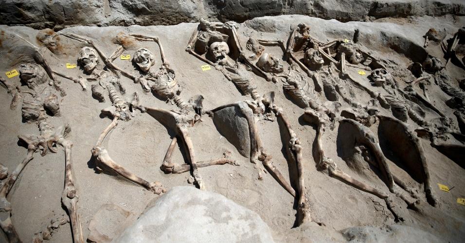 1º.ago.2016 - Ao menos 80 esqueletos foram encontrados em uma vala comum no antigo cemitério grego em Falyron Delta, Atenas. Os pulsos dos esqueletos estão presos por algemas de ferro. Arqueólogos dizem que todos foram vítimas de uma execução em massa, mas o motivo é um mistério.