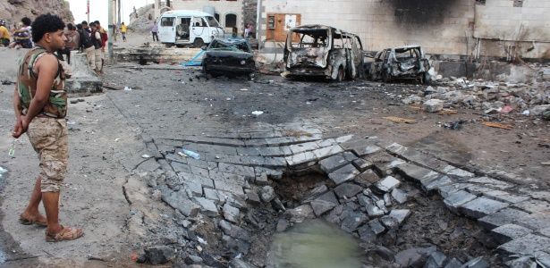 28.jan.2016 - Local onde carro-bomba explodiu, do lado de fora do palácio presidencial do Iêmen, em Áden