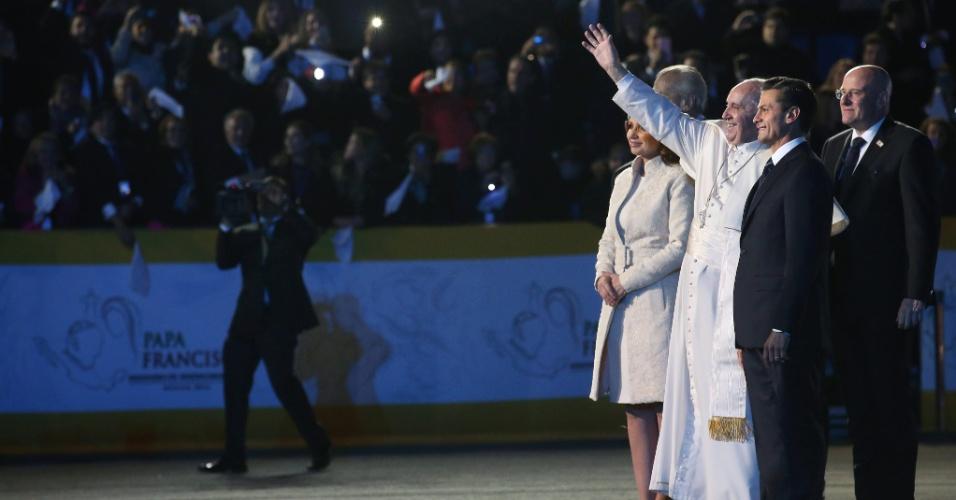 12.fev.2016 - Papa Francisco é recebido pelo presidente mexicano, Enrique Pena Nieto, e a primeira-dama, Angelica Rivera, em sua chegada ao Aeroporto Internacional Benito Juarez, na Cidade do México. O papa vai visitar quatro Estados mexicanos até quarta-feira (17)