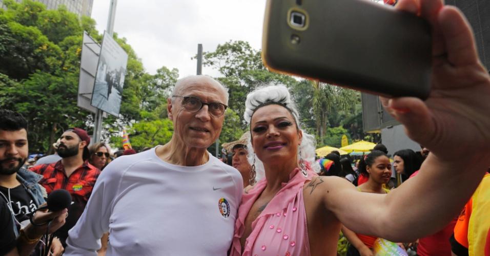 29.mai.2016 - O ex-senador Eduardo Suplicy participa da 20ª edição da Parada do Orgulho LGBT, na avenida Paulista. Suplicy deixou a Secretaria de Direitos Humanos da Prefeitura de São Paulo em abril para candidatar-se a vereador nas eleições de outubro