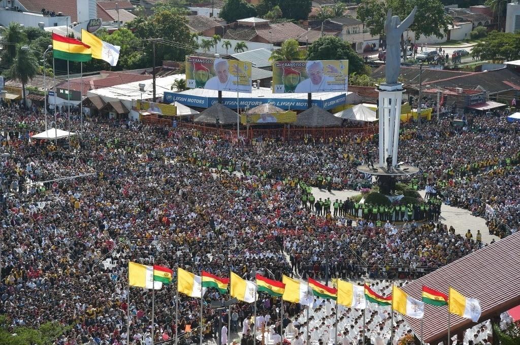 9.jul.2015 - Fiéis lotam a praça do Cristo Redentor, em Santa Cruz (Bolívia), durante missa ao ar livre do papa Francisco