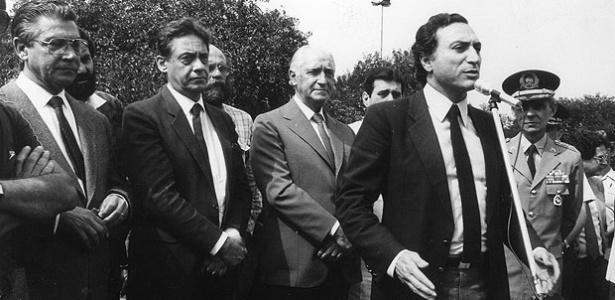 Temer (ao microfone) nos tempos do governo Montoro (ao centro), seu padrinho político