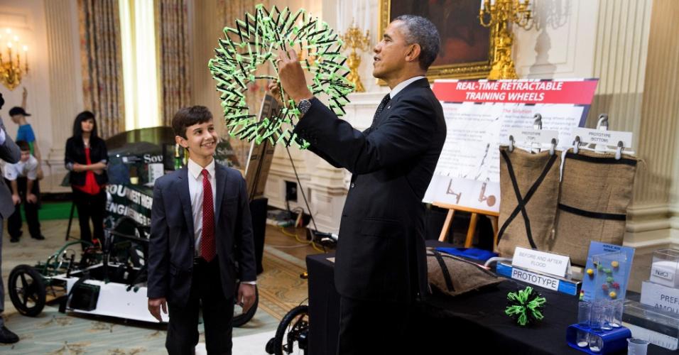 27.mai.2014 - Obama com protótipo apresentado na feira de ciências de alunos na Casa Branca, em 2014
