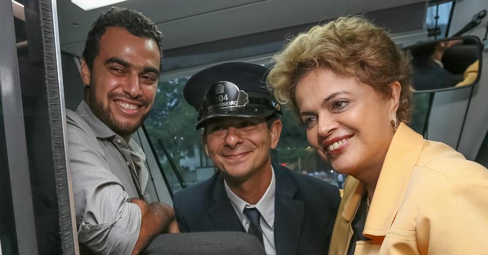 17.dez.2015 - A presidente Dilma Rousseff, durante embarque no VLT rumo à Praça Mauá (Rio de Janeiro) para a cerimônia de inauguração do Museu do Amanhã