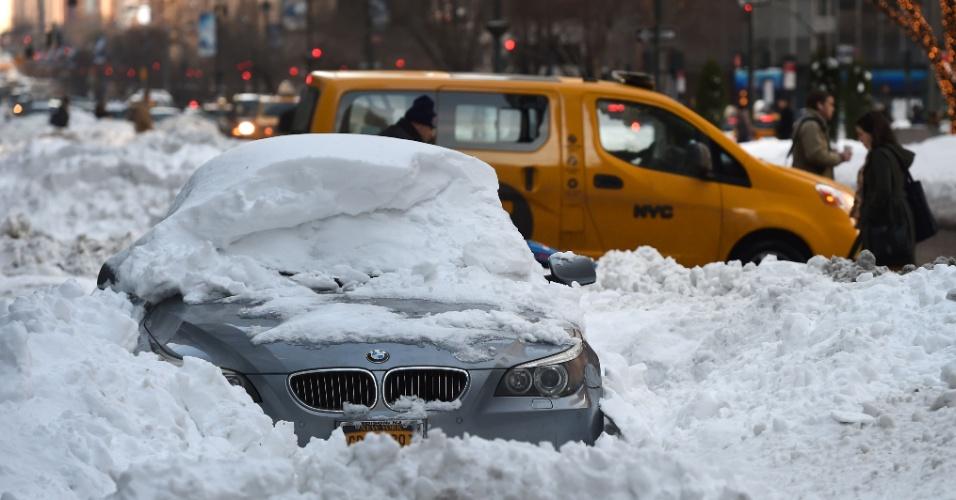 25.jan.2016 - Um carro fica parcialmente coberto por neve na  Park Avenue, uma das principais vias de Nova York, nesta segunda-feira (25). A cidade, assim como outras localizadas na Costa Leste dos Estados Unidos, vem sofrendo com fortes tempestades de neve nos últimos dias