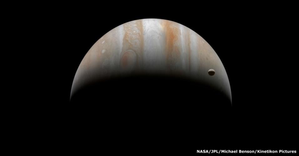O tamanho de Júpiter, o maior planeta do Sistema Solar, faz com que sua maior lua, Ganímedes, pareça ser muito pequena. Mas ela é o nono maior corpo celeste do Sistema Solar e é maior que o planeta Mercúrio