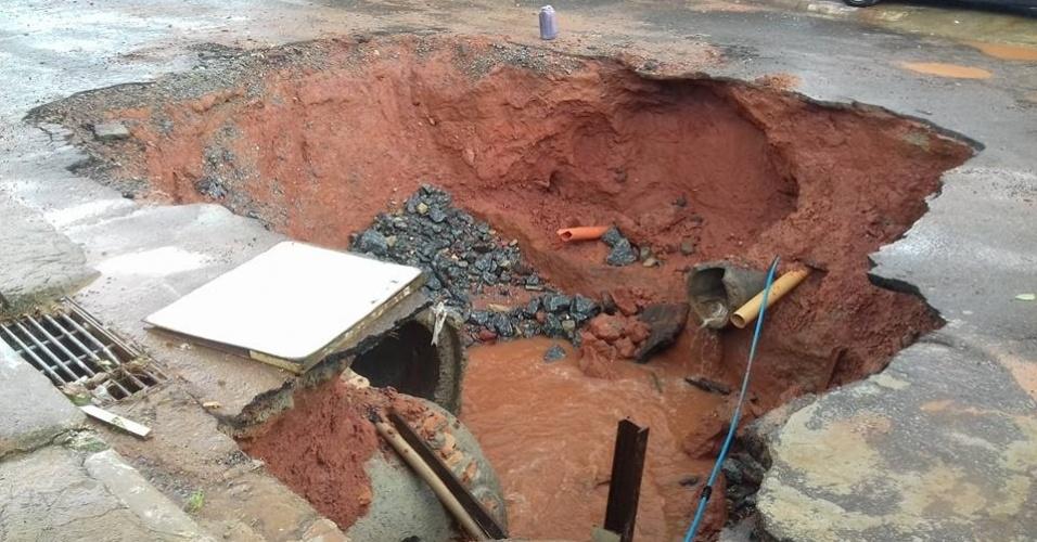 11.mar.2016 - Em Itatiba (SP), uma das cidades mais afetadas pela chuva nas últimas 24 horas, uma cratera se abriu em rua. Situação na cidade é complicada após alagamentos