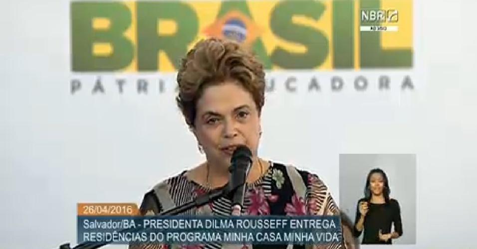 26.abr.2016 - A presidente Dilma Rousseff participa de entrega de casas do programa Minha Casa, Minha Vida em Salvador (BA), onde agradeceu os deputados baianos que votaram contra o processo de impeachment na Câmara