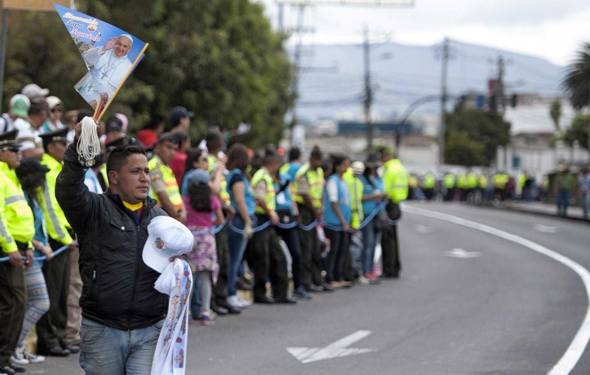 5.jul.2015 - Pessoas aguardam a chegada do papa Francisco em Quito, Equador
