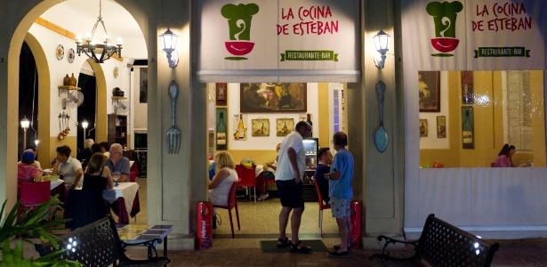 Clientes jantam no La Cocina de Esteban, em Havana, que serve comida italiana, espanhola e cubana, mas onde básicos como café é difícil encontrar