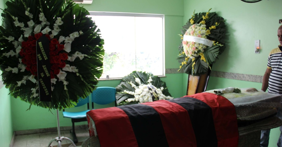11.jul.2015 - O corpo do office-boy Alexandre de Oliveira, de 46 anos, foi velado e sepultado no Cemitério do Catumbi, no centro do Rio de Janeiro, neste sábado (11). Alexandre foi morto durante um assalto dentro da estação Uruguaiana, do Metrô da capital fluminense