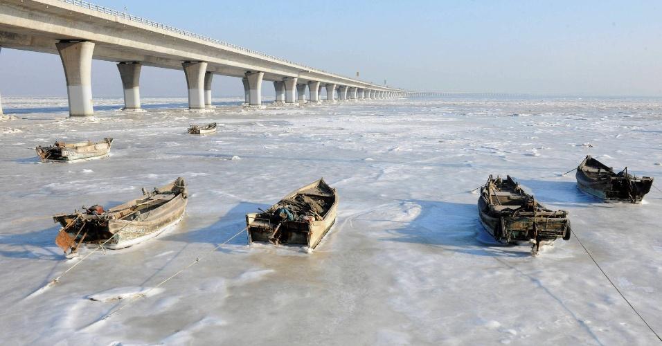 25.jan.2016 - O frio congelou as águas da área costeira da Baía de Jiaozhou, na província chinesa de Shandong. O frio na região foi tanto que os botes que ficam ancorandos na região ficaram completamente presos ao gelo
