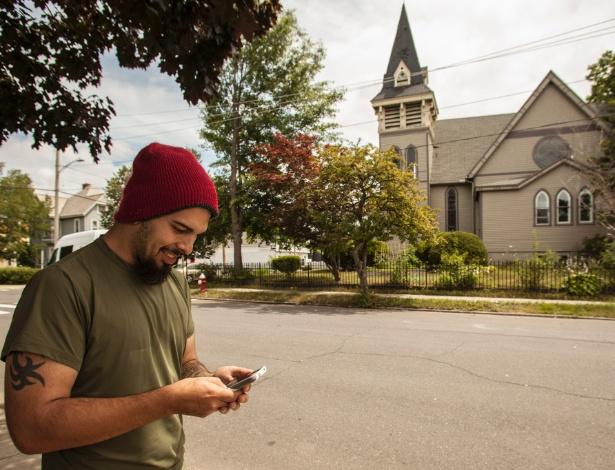 """O usuário do """"Pokémon GO"""" Jonathan Ventura em frente a uma propriedade privada em Massachussets que se tornou um """"ginásio"""" Pokémon"""