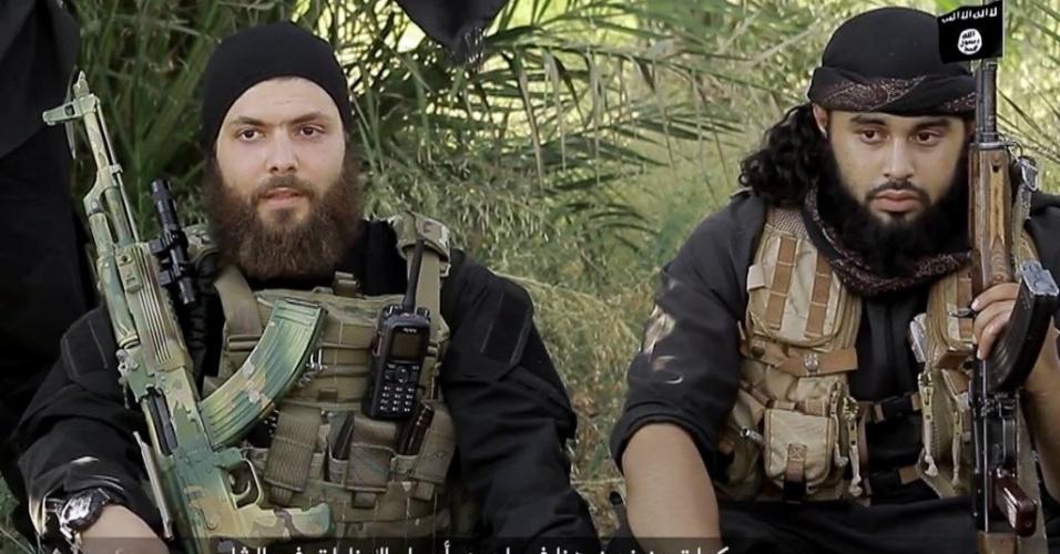 5.ago.2015 - Em imagem retirada de um vídeo, o austríaco identificado como Mohamed Mahmoud (à direita), também conhecido como Abu Usama al-Gharib, e o alemão Abu Omar al-Alamani convidam muçulmanos para se juntarem ao grupo terrorista Estado Islâmico antes de matarem dois homens não identificados nas ruínas da antiga cidade síria de Palmira