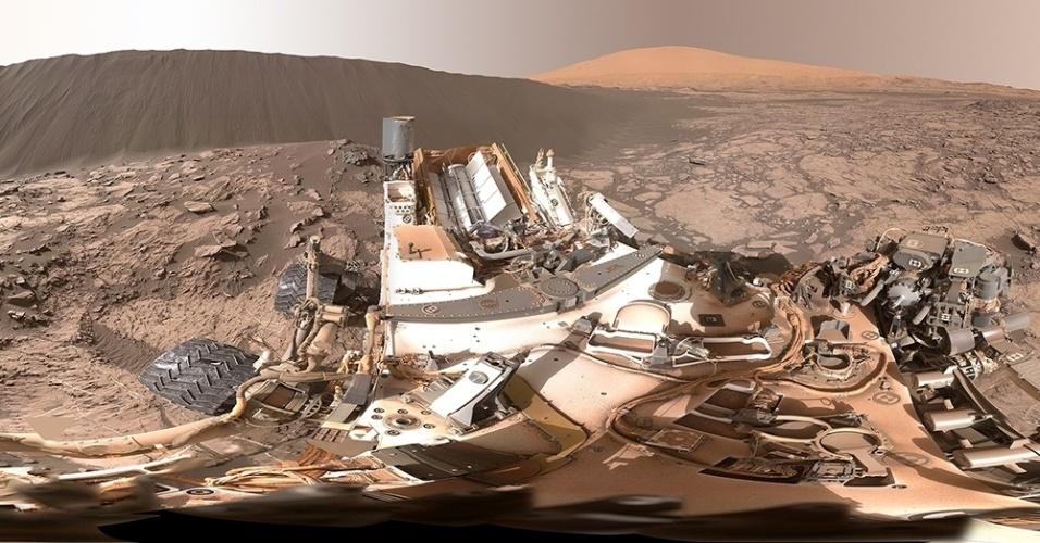 5.jan.2015 - O robô Curiosity fez uma foto em 360° em que aparecem a duna Namib (esq.) e o monte Sharp (dir.), em Marte. Imagens de satélite mostraram que as dunas de areia negra da região de Bagnold se movem, sopradas pelos ventos do planeta vermelho, cerca de um metro a cada ano terrestre. A foto foi tirada em 18 de dezembro e divulgada pela Nasa nesta segunda (4)