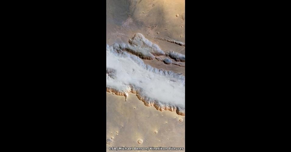 A imagem mostra o maior conjunto de cânions do Sistema Solar, localizado em Marte. O agrupamento é tão largo quanto a Austrália e tem quase 4 mil quilômetros de comprimento. Uma névoa ocupa o fundo do cânion, que tem mais de 6,5 quilômetros de profundidade em determinados pontos - mais de três vezes mais profundo que o Grand Canyon, nos Estados Unidos