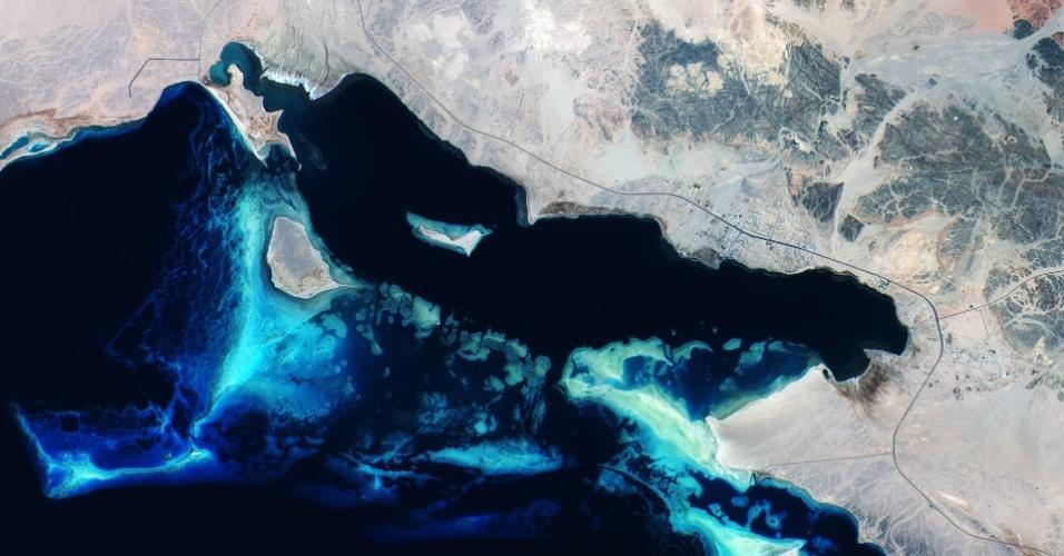 16.out.2015 - O satélite Sentinel 2A da ESA (Agência Espacial Europeia) registrou imagens dos recifes de corais do Mar Vermelho ao largo da costa da Arábia Saudita. A água em azul mais claro na imagem é mais rasa do que a que aparece em mais escuro. O Mar Vermelho encontra-se em uma falha que separa dois blocos da crosta terrestre - as placas árabes e africanas. Normalmente, o Mar Vermelho tem uma coloração azul-esverdeada. Quando algas se formam ao redor e morrem, elas voltam ao mar em uma cor marrom-avermelhada