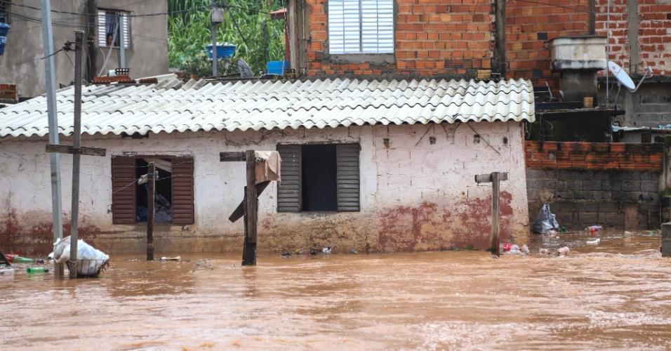 1º.jan.2015 - Fortes chuvas que atingem a zona leste de São Paulo causou transbordamento de córregos, deixando bairros da região alagados