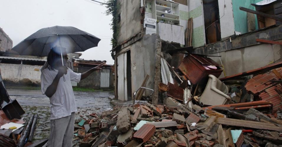 17.jan.2016 - Morador mostra casa desabada por conta das chuvas que caíram na madrugada deste domingo (17), no bairro Paulo VI, em Belo Horizonte