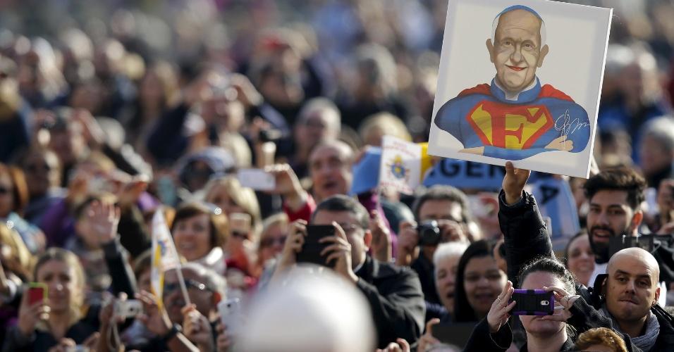 11.nov.2015 - Fiel ergue cartaz com imagem do papa Francisco vestido de Superman, durante audiência semanal na praça de São Pedro, no Vaticano