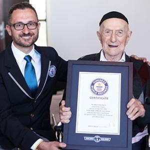 Israel Kristal (dir), de Haifa (Israel), foi declarado o homem mais velho do mundo, com 112 anos