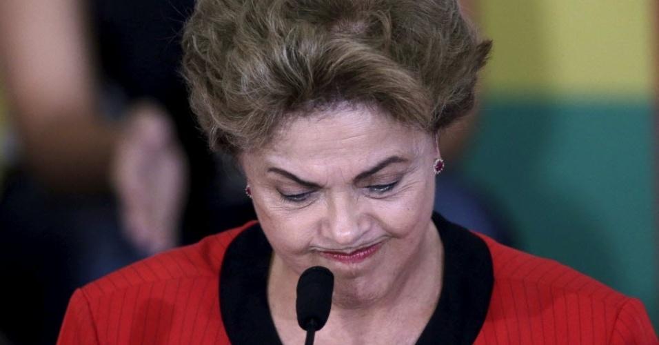 13.ago.2015 - Dilma Rousseff gesticula durante reunião com centrais sindicais e movimentos sociais realizada na quinta-feira (13)