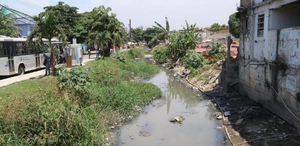 Esgoto corre a céu aberto em favela da zona oeste do Rio