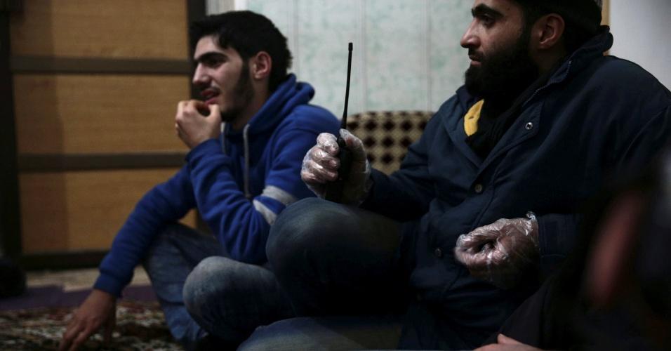 Médicos descansam em um dos espaços improvisados para o atendimento hospitalar de civis feridos na cidade de Douma, controlada por rebeldes sírios e alvo de ataques do Exército de Bashar al-Assad