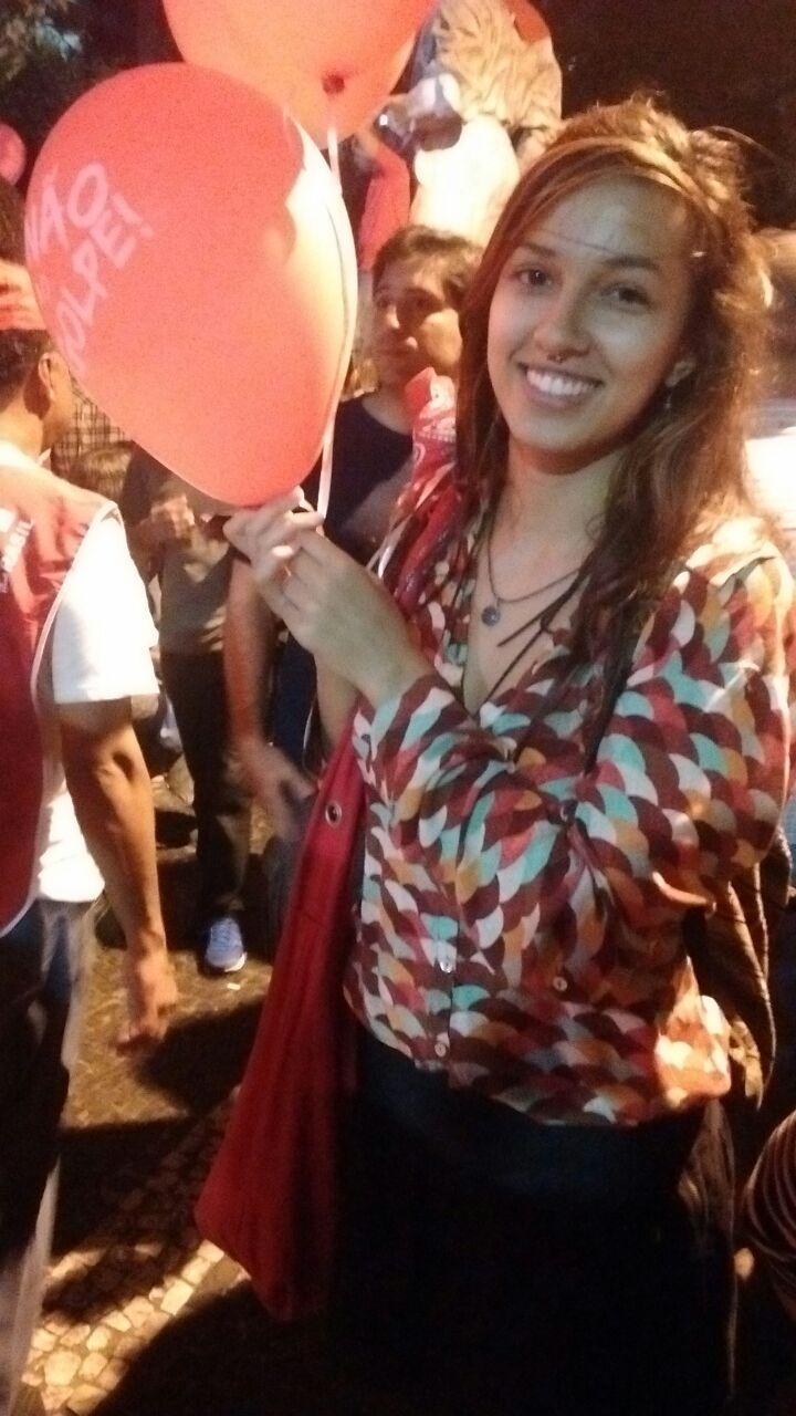 18.mar.2016 - A estudante Isadora Schutte participa do protesto em defesa do governo Dilma na Paulista. Ela foi agredida na quarta-feira (16), por manifestantes contrários ao governo
