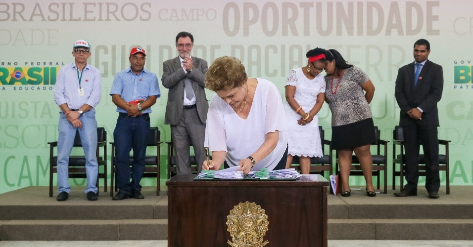 1º.abr.2016 - Presidente Dilma assina documento durante cerimônia de atos para a Reforma Agrária e Comunidades Quilombolas, em Brasília