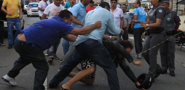 Globo é hostilizada por militantes do PT durante depoimento de Lula à PF