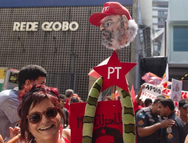Dezenas de manifestantes se reúnem neste domingo em frente à sede da Rede Globo, no Rio, em apoio a Lula