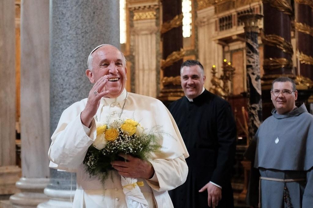 13.jul.2015 - Papa Francisco acena após chegar para uma oração privada na basílica de Santa Maria Maior em Roma, na Itália. O pontífice retornou de uma viagem pastoral ao Equador, Bolívia e Paraguai