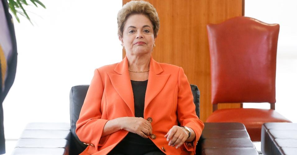 28.abr.2016 - A presidente Dilma Rousseff recebe Adolfo Pérez Esquivel, prêmio Nobel da Paz, no gabinete do Palácio do Planalto