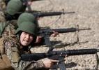 Mulheres enfrentam preconceito e missões noturnas no Exército do Afeganistão - Mohammad Ismail/Reuters