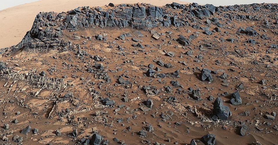 13.nov.2015 - Imagem tirada pela sonda Curiosity, da Nasa, mostra local com uma rede de veias composta por minerais na parte de baixo da camada rochosa do Monte Sharp. A imagem é apresentada com um ajuste de cor que se aproxima ao balanceamento de branco, para assemelhar-se a forma como as rochas parecem em condições de iluminação durante o dia na Terra