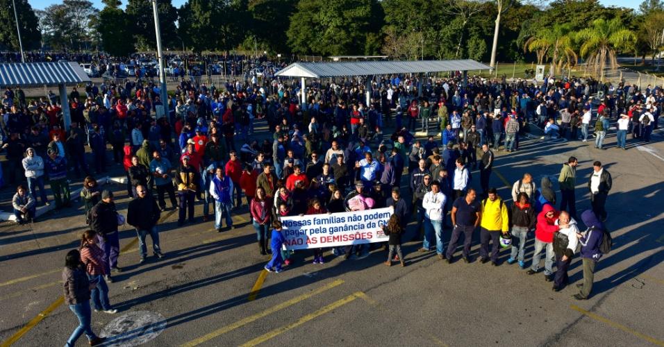 12.ago.2015 - Assembleia de funcionários da General Motors em São José dos Campos (SP). Os trabalhadores fazem greve para forçar a empresa a rever centenas de demissões
