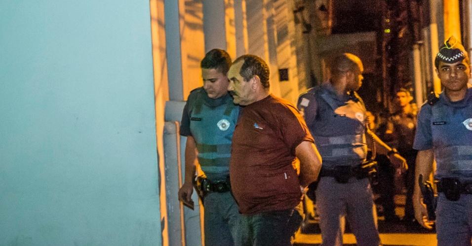 31.ago.2015 - O motorista de um ônibus atirou em um passageiro na região dos Jardins, zona sul de São Paulo, na noite deste domingo (30). O ônibus fazia o trajeto entre o terminal Santo Amaro e o parque Dom Pedro. Alguns passageiros não quiseram pagar o valor da passagem, discutiram com o motorista José Marconi Silva, 54, que estava armado e atirou. Um homem foi baleado, e o motorista, preso