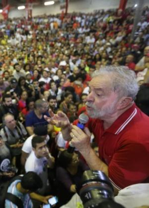 Lula discursa na quadra do Sindicatos dos Bancários, em São Paulo, após depor à PF no último dia 4