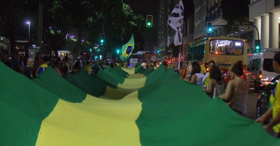14.abr.2016 - Manifestantes estendem bandeirão com as cores verde e amarela durante ato pelo impeachmet da presidente Dilma Rousseff, na avenida Presidente Vargas, no centro do Rio de Janeiro. No próximo domingo (17), o processo de impeachment da presidente que tramita no Congresso será votado pela Câmara dos Deputados