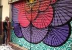 Militantes fazem grafite para cobrir mensagens de ódio no Rio (Foto: Agência Brasil )