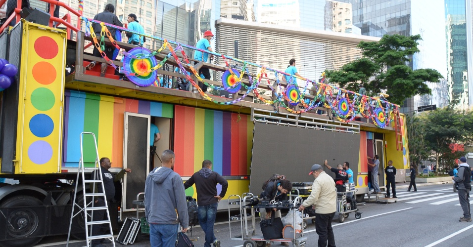 29.mai.2016 - Organizadores ajustam os últimos detalhes antes do início oficial da 20ª Parada do Orgulho LGBT de SP neste domingo