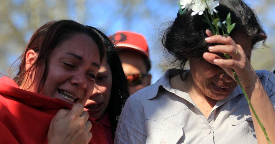 15.ago.2015 - Rosana (e) e Rosalba, tia e mãe de Igor Silva Oliveira, vítima de chacina, acompanham enterro no cemitério do Jardim Santo Antônio, em Osasco (SP). Ao menos 12 das 18 vítimas da chacina que aconteceu na noite de quinta (13), na região metropolitana de São Paulo, foram enterradas na manhã deste sábado (15). Seis aconteceram no cemitério Santo Antônio, em Osasco, e outras seis no cemitério municipal Álvaro Quinteiro Vieira, em Barueri