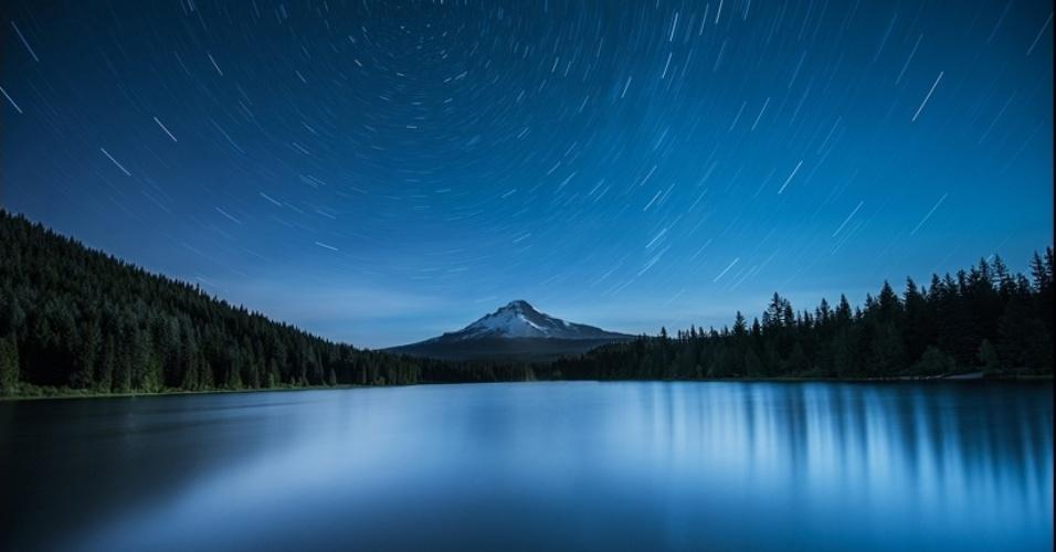 1°.abr.2016 - A Estrela do Norte, Polaris, aparece alinhada com o Mount Hood, no Oregon (EUA), e o lago Trillium. O fotógrafo usou exposição de 20 minutos para criar rastros de estrelas mapeando a rotação da Terra